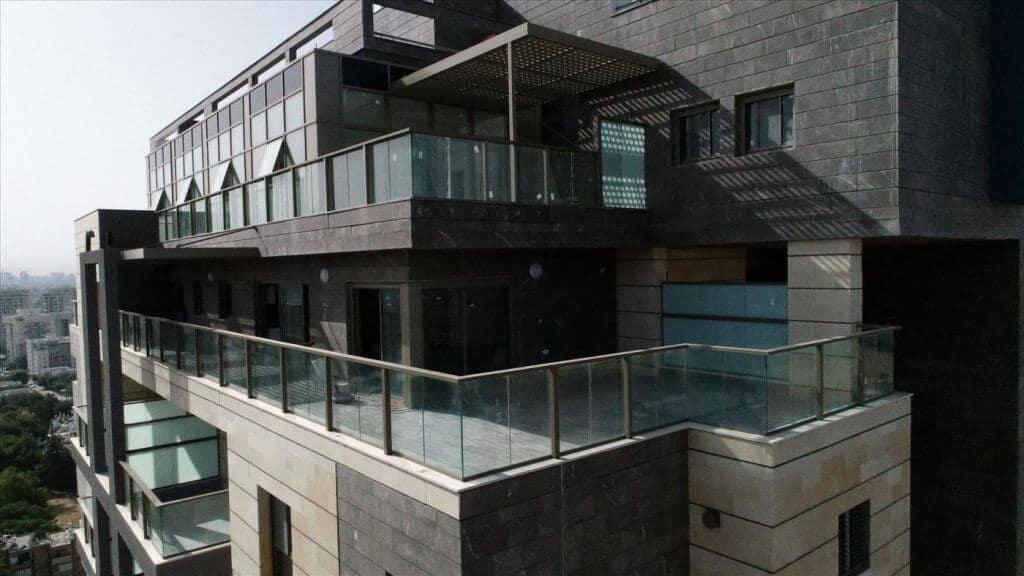 מעקות אלומיניום למרפסת