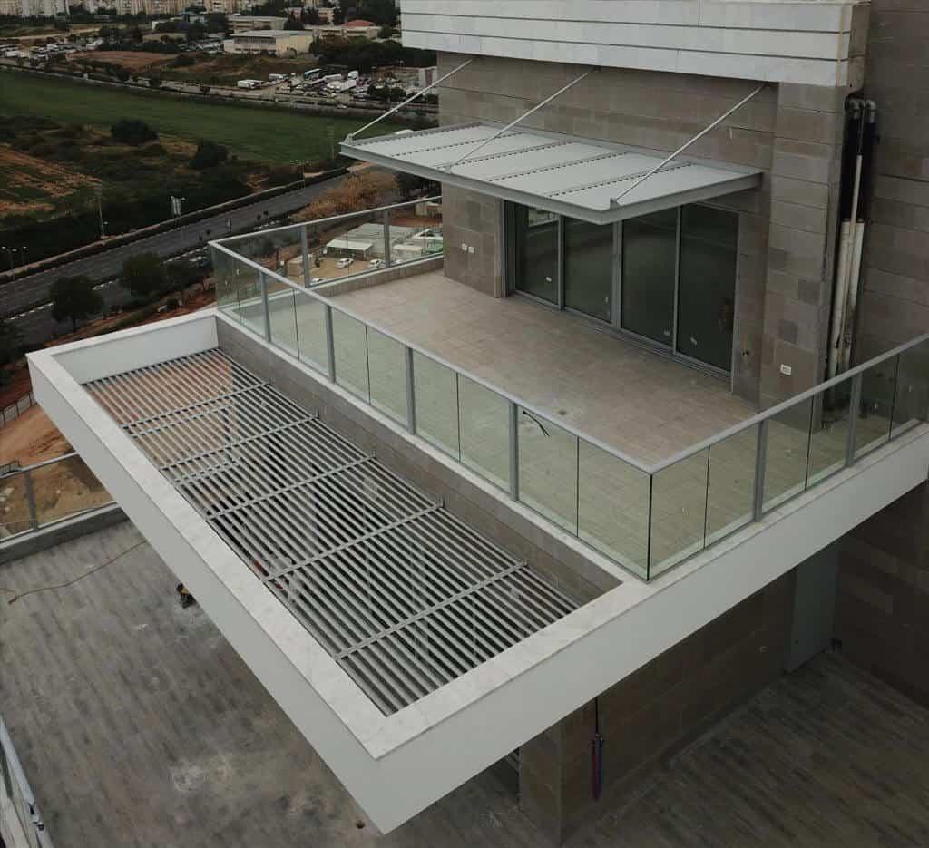 מעקה זכוכית למרפסת